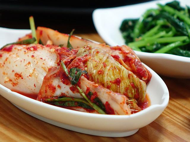 Le kimchi est un mets traditionnel coréen qui se compose de piments et de légumes fermentés, essentiellement du chou chinois.