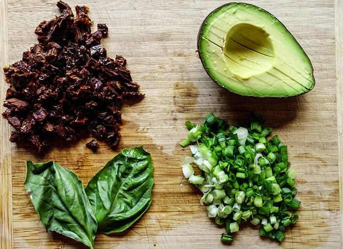 Recette Salade Quinoa : Tomates séchées, basilic, onion vert, avocat